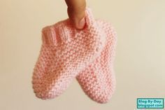 Blog By Day: Sapatinho Rosa :: Receita Booties Crochet, Crochet Mittens, Knitted Hats, Knit Crochet, Knit Baby Shoes, Knit Baby Booties, Baby Boots, Baby Hat Knitting Pattern, Baby Knitting