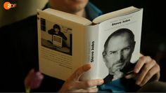 Ab und an lohnt es sich doch, dass man bei Freunden mal fernsieht: Ein unbekannter Journalist des ZDF bei der Lektüre von Walter Isaacsons Biographie über Steve Jobs