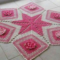 Estou trazendo este Tapete estrela lindíssimo para enfeitar a sua casa! Crochet Flower Patterns, Doily Patterns, Afghan Crochet Patterns, Crochet Motif, Crochet Doilies, Crochet Flowers, Crochet Fish, Thread Crochet, Crochet Kitchen