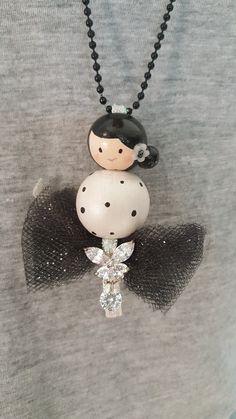 """Joli collier Poupette!!! Collier de la collection """"Les Poupettes"""", réalisé avec des perles de bois entièrement peintes à la main et agrémenter de perles, tulle"""