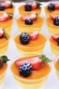 Mango panna cotta verrine and macaron for birthday dinner party (recipe) Gourmet Desserts, Just Desserts, Delicious Desserts, Dessert Recipes, Mango Panna Cotta, Bon Dessert, Love Food, Sweet Treats, Cupcakes
