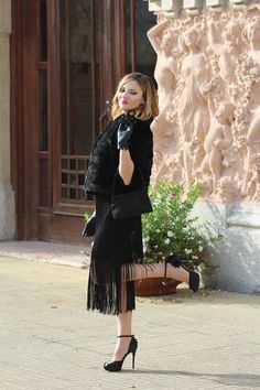 Party look. Total black, twenties inspired, fringes and jewel sandals. #outfit #fashionblog #fashionblogger www.cocoetlavieenrose.com