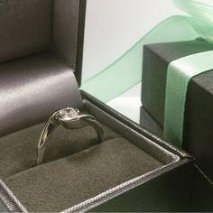 Imponujący brylant o masie 0,37 ct i lśniące białe złoto - doskonały duet na wyjątkową okazję. Prezentujemy biżuterię podarowaną ukochanej osoby z okazji urodzin.