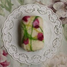 felted soap tutorial. so simple & so pretty, they'd make great holiday gifts. all you need is felt, hot water, some old tights & bar soap. click through for details