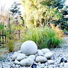 Fontanna - kula granitowa w ogrodzie