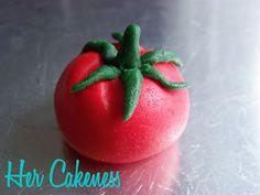 Her Cakeness: Tomato Tutorial // Tomate aus Fondant Fondant Figures, Fondant Cakes, Marzipan, Vegetable Garden Cake, Buttercream Techniques, Biscuit, Garden Cakes, Cooking Cake, Fondant Tutorial