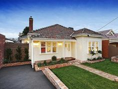 Photo of a weatherboard house exterior from real Australian home - House Facade… Exterior Tiles, Exterior Color Schemes, Bungalow Exterior, Exterior House Colors, House Cladding, Facade House, House Exteriors, Cream Colored Houses, Weatherboard Exterior