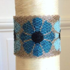 Bracelet manchette collection seventies beige à fleurs bleues : Bracelet par ketiko