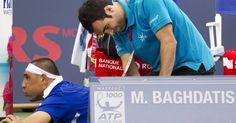 Marcos Baghdatis recebe atendimento do fisioterapeuta durante jogo contra John Isner no Masters 1000 de Montréal