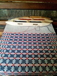 weft side of the loom: summertime! Weaving Textiles, Weaving Art, Weaving Patterns, Loom Weaving, Hand Weaving, Stitch Patterns, Knitting Patterns, Loom Love, Dobby Weave