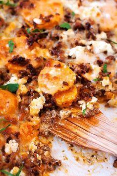 Süßkartoffel-Hackfleisch-Auflauf mit Feta. Dieses 9-Zutaten Rezept ist einfach und SO lecker - Kochkarussell.com