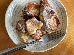 Nejlepší žemlovka - recept s tvarohem a jablky, z rohlíků 🍎 French Toast, Breakfast, Food, Morning Coffee, Essen, Meals, Yemek, Eten