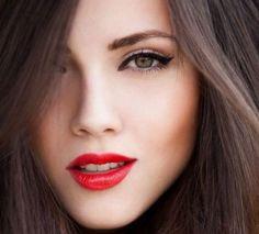 Para lucir preciosa no hace falta más que una raya de ojos bonito, un labial rojo pasión y un poco de colorete. ¡Estarás perfecta para cualquier ocasión!  #maquillaje #estilo #belleza #labial #rojo #pasión