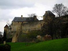 Caen - Château ducal (forteresse) abritant le musée des Beaux-Arts et le musée de Normandie, arbres et pelouse