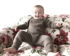 Give your child freedom of movement! You can wear this overall quickly and easy without irritating your baby. He can move as much as he wants and the body is reliably protected from cold. This overall is made of Baby Alpaca and Merino wool extrafine. The yarn Supermix (30% Alpaca Baby & 70%