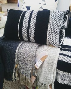 Nieuwe collectie van #malagoon gespot. Wat vinden jullie hiervan? Black & White. #livetoday #livetodayutrecht #sfeermakers #blackandwhite #grey #utrecht #utrechtcity #cushions #plaid #wonen #inspiration #woven #India #inspiratie #naturel #natural