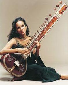 SITAR De los instrumentos de cuerda, el sitar es sin duda el instrumento indio más conocido y es habitual en el norte de la India y en Pakistán. Es utilizado tanto como instrumento solista como instrumento acompañante para el canto y la danza, al igual que la tambura. Es un instrumento de cuerda punteada compuesto pos una caja de resonancia hemisférica de madera, con un mástil muy largo con trastes metálicos móviles (18 en total). Suele tener cuatro cuerdas de acero y cobre para la melodía…