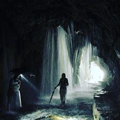 """Jedním z našich """"tajných míst"""" v soutěsce Taroko je """"Vodní jeskyně"""" - asi 50 metrů dlouhý tunel do kterého prosakuje voda a vytváří nádherný efekt vodní záclony a také skvělou příležitost k ochlazení v horkém taiwanském létě. #tofutaiwantours #tofutaiwan #životnataiwanu #cestování #taiwan  #tchajwan #tchaj-wan #tchajwannenithajsko #taiwanisnotthailand #iseetaiwan #igtaipei #igtaiwan #exploretaiwan #taiwanwalker #biglittleisland #amazingtaiwan #focus_taiwan #台灣 #台北 #taroko #hualien #jeskyne"""