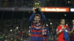 Messi offers the Ballon d'Or to the FC Barcelona supporters at Camp Nou - Video Dailymotion