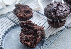 Fitrecepty - Čokoládové muffiny z tvarohového těsta - Troubu předhřejte na 175 °C. Vejce vyšlehejte společně s tvarohem a medem ve větší míse, přidejte kokokosový olej a zamíchejte. Přimíchejte mouku, kakao a prášek do pečiva. Těsto pečlivě promíchejte a nalijte do 12 formiček na muffiny. Pečte při 165–175... Healthy Muffins, Healthy Desserts, Healthy Recipes, Apple Health, Up Bar, Valspar, Desert Recipes, No Equipment Workout, Healthy Life