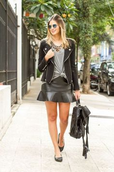 Meninas tudo bem? No post de hoje selecionei 15 looks com saias de couro pra vocês se inspirarem e usarem tanto no frio quanto no calor. Aqui em SP têm feito friozinho nos últimos dias, por isso sugiro que se você mora aqui e quiser usar a saia nesse fim de semana ainda, use-a com…