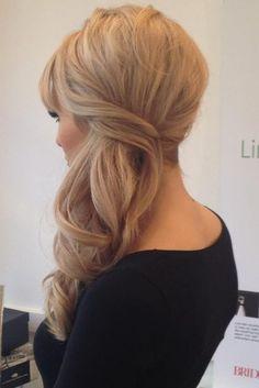 Chica usando un peinado lateral con volumen