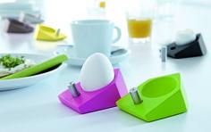 Praktyczna i nowoczesna podstawka na jajko z solniczką niemieckiej marki Auerhahn. Produkt został wykonany z najwyższej jakości stali nierdzewnej. Podstawkę wyróżnia niebanalny design, który przyciąga uwagę. Produkt pełni nie tylko funkcję praktyczną ale też dekoracyjną.