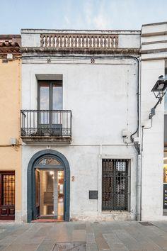 Josep Ferrando slots a skinny house between two existing properties in Spain.