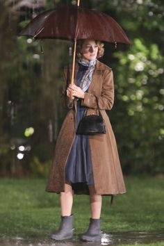 Pin for Later: Stars Let Loose in This Weekend's Must-See Snaps! Walking in the Rain Blake Lively braved showers while filming The Age of Adaline in Vancouver, British Columbia, Canada, on Saturday. Look Vintage, Vintage Girls, Vintage Outfits, Vintage Fashion, Blake Lively Family, Age Of Adaline, Walking In The Rain, Shearling Boots, Rain Wear