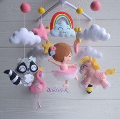 Felt Crafts, Diy And Crafts, Crafts For Kids, Baby Mädchen Mobile, Handmade Christmas Crafts, Diy Bebe, Hanging Mobile, Felt Decorations, Felt Fabric