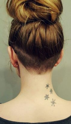 More Best Picture For mini nape undercut For Your Taste You are looking for s Shaved Undercut, Undercut Long Hair, Shaved Hair, Undercut Pixie, Undercut Hairstyles Women, Undercut Women, Pixie Haircuts, Pixie Hairstyles, Undercut Styles