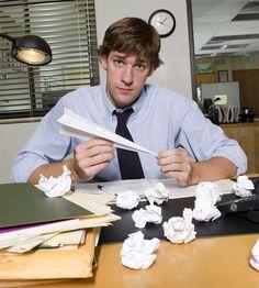 Quand tu es seul au bureau, tu peux faire toutes sortes de jeux passionnants