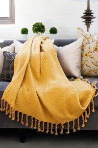 Manta amarilla par el sofá