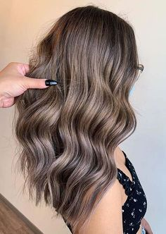Wanna wear some kind of unique hair colors to show off in year 2020? If yes then must see here modern trends of ashy bronde hair coloring ideas for long waves hair looks to sport for new hair looks nowadays. Beauty Tips For Teens, Beauty Tips For Skin, Hair Beauty, Bronde Hair, Balayage Hair, Unique Hairstyles, Hairstyles Haircuts, New Hair Look, Hair Color Highlights