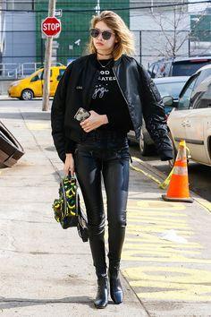 Gigi Hadid Looks Gigi Hadid, Bella Hadid Style, Sweat Shirt, Estilo Gigi Hadid, Bella Hadid Outfits, Leggings, Celebrity Outfits, Look Cool, Ideias Fashion