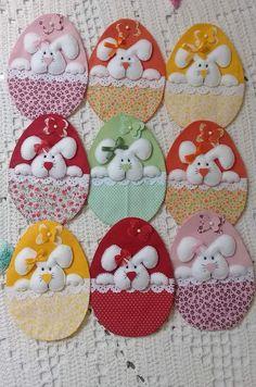 enfeite de Páscoa Hoppy Easter, Easter Bunny, Handmade Crafts, Diy And Crafts, Easter Tree, Felt Decorations, Easter Crafts For Kids, Felt Ornaments, Felt Christmas