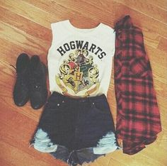 T-Shirt shoes outfit vintage blouse nastygal shirt hogwarts harry potter white white shirt white Mode Harry Potter, Harry Potter Style, Harry Potter Outfits, Harry Potter World, Harry Potter Clothing, Harry Potter Fashion, Harry Potter Shoes, Harry Potter Merchandise, Disney Outfits