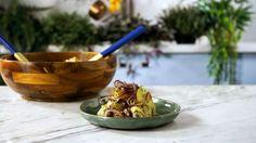 Receita com instruções em vídeo: Essa deliciosa receita de salada rústica de batata é perfeita como acompanhamento daquele almoço em família.   Ingredientes: 3 batatas grandes, 1 xícara de bacon em cubos, 1 cebola roxa, ½ xícara de salsinha picada, 3 colheres de sopa de azeite de oliva, 1 colher de sopa de vinagre de vinho tinto, Sal, Pimenta do reino