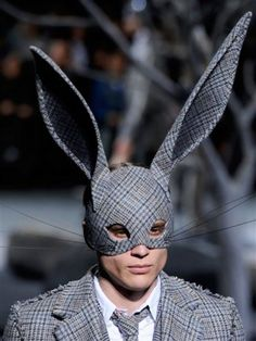 I'm READY For FALL! I hope Bergdorf remembers I have a big head! Fashion forward rabbit ears for the catwalk. Thom BrowneI'm READY For FALL! I hope Bergdorf remembers I have a big head! Fashion forward rabbit ears for the catwalk. Arte Fashion, Mens Fashion, Fashion Design, Fashion 2015, Fashion Outfits, Mode Bizarre, Look Festival, Halloween Disfraces, Weird Fashion