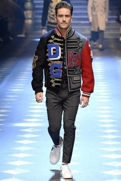 Dolce & Gabbana Fall 2017 Menswear Fashion Show Collection: See the complete Dolce & Gabbana Fall 2017 Menswear collection. Look 17 Men Fashion Show, Fashion Show Collection, Mens Fashion, Milan Fashion, Mens Holiday Clothes, Dolce And Gabbana 2017, Pink Suede Jacket, Gq, Linen Sport Coat