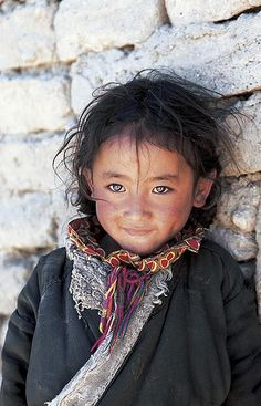 Petite fille tibétaine nomade. Tibet de l'ouest, 1999. Tibetan nomad girl. Western Tibet, 1999. By Matthieu Ricard.                                                                                                                                                     Plus