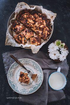 Torta di mele soffice con cannella, limone, ricotta, farina di farro e nocciole