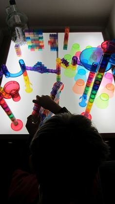 Everything and nothing: Activities for Preschool: Explore and discover the light table and its benefits.