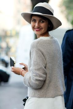Eva Fontanelli via The Sartorialist. White vintage fedora, red lipstick and a beautiful smile. The Sartorialist, Look Fashion, Winter Fashion, Womens Fashion, Fashion Models, Fashion Beauty, Mode Style, Style Me, Effortless Chic