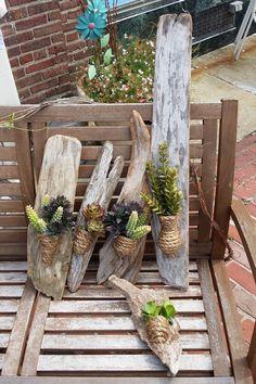 banc en bois, déco bois flotté ornée de plantes succulentes en vases tressés…