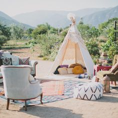 Not feeling a formal affair? This bohemian reception lounge - complete with teepee and antique furniture! - will do the trick! *swoon* ✨ #weddinginspo : @kpritchardphoto