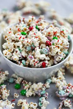 White Chocolate Reindeer Popcorn - Two Sisters Kitchens - An easy popcorn mix that comes together in 5 minutes! White Chocolate Reindeer Popcorn is perfect f - Holiday Baking, Christmas Desserts, Christmas Treats, Christmas Baking, Christmas Cookies, Christmas Popcorn, Christmas Party Food, Christmas Brunch, Christmas 2019