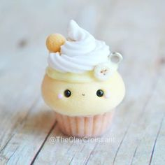 I've been dying to make more of these Banana Pudding Cupcakes! This adorable idea was dreamed up by who had me create thi… Fimo Kawaii, Polymer Clay Kawaii, Fimo Clay, Polymer Clay Charms, Polymer Clay Projects, Clay Crafts, Kawaii Crafts, Polymer Clay Miniatures, Polymer Clay Creations