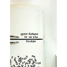 """Your dinner is in the fridge ^^ Ecrivez vos messages, listes de courses ou jeux de mots dans un style rétro """"machine à écrire"""" avec l'alphabet magnétique !! Un cadeau déco à petit prix pour une pendaison de crémaillère ou un amateur de vintage :)"""