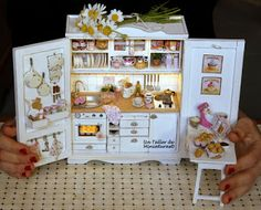 Un Taller de Miniaturas: Mini kitchen in cabinet! See hands for scale! Love this!